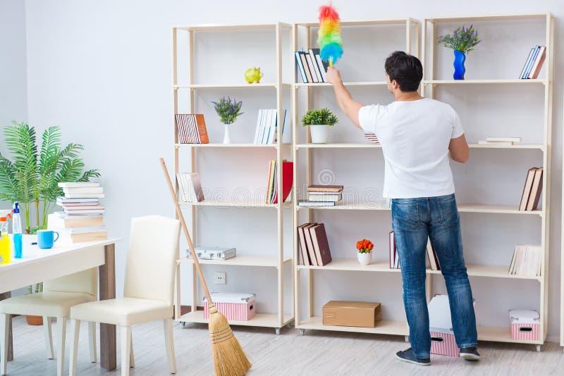 L'homme faisant le nettoyage à la maison photographie stock libre de droits