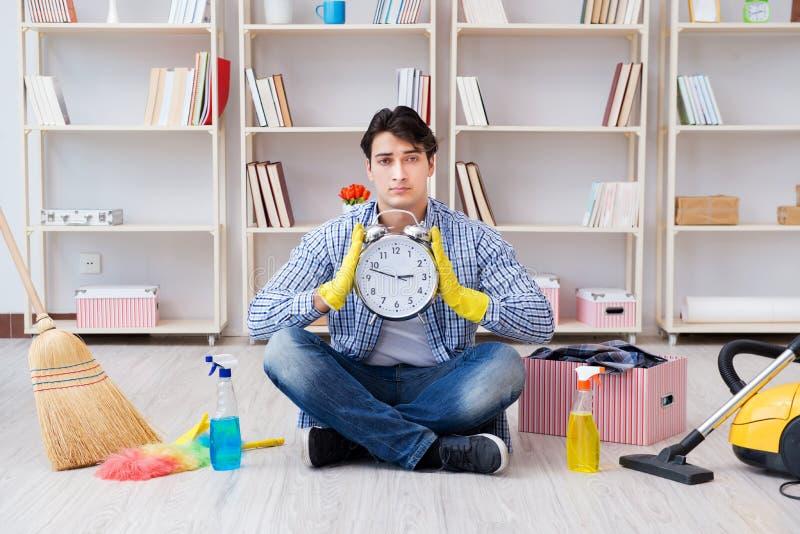 L'homme faisant le nettoyage à la maison photographie stock