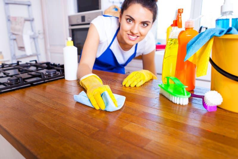l 39 homme fait nettoyer la cuisine le jeune homme fait la vaisselle cle photo stock image du. Black Bedroom Furniture Sets. Home Design Ideas