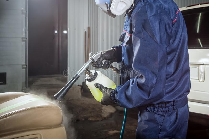 L'homme fait un nettoyage à sec de la voiture photos libres de droits