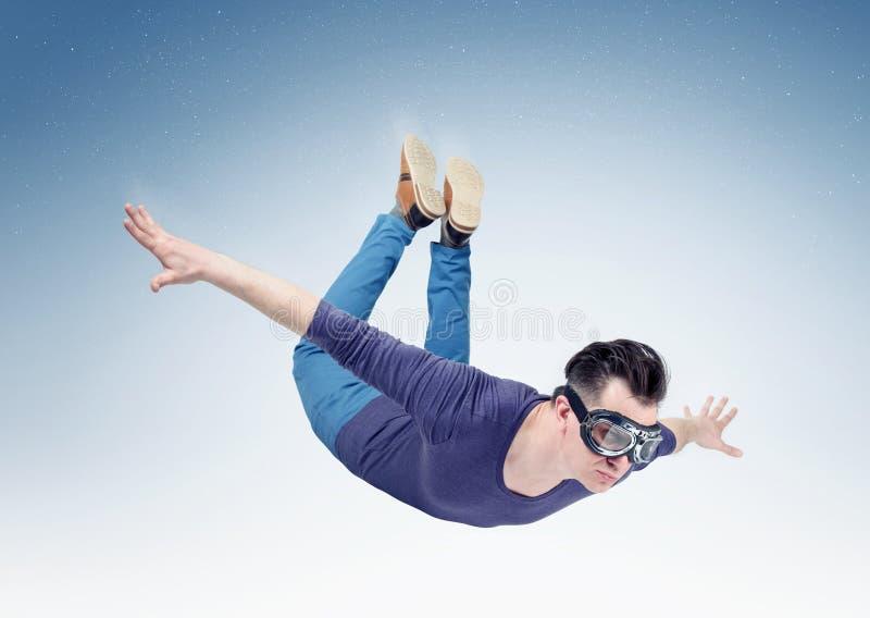 L'homme fol dans les lunettes vole dans le ciel Sautez de l'orbite photos libres de droits