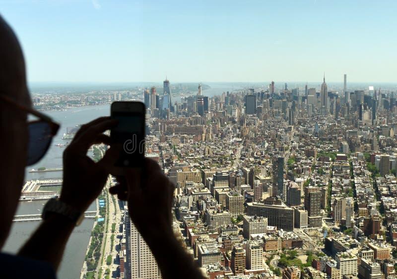 L'homme font des images sur le smartphone du paysage urbain de New York Vue supérieure sur New York photos libres de droits