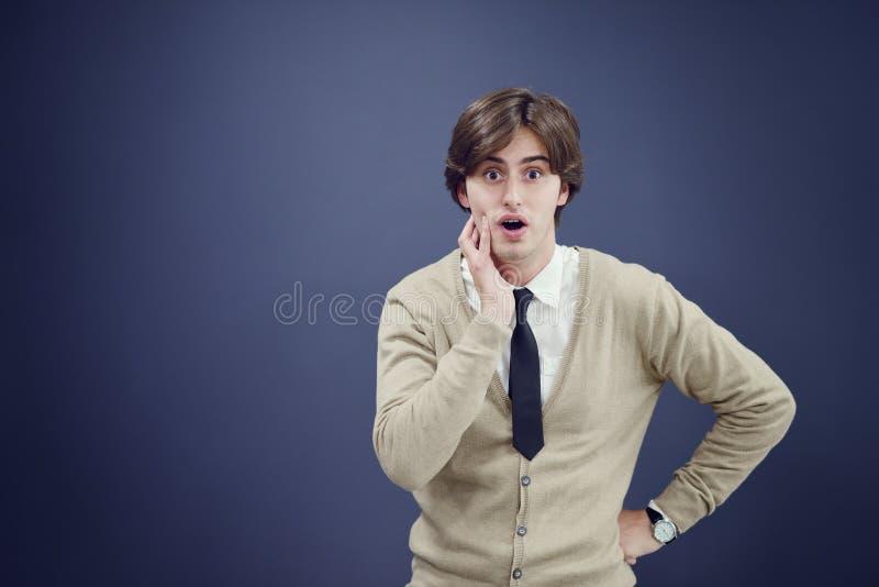 L'homme gai d'affaires avec des bras a augmenté dans le succès d'isolement sur le fond blanc image stock
