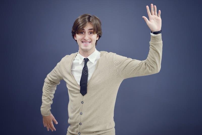 L'homme gai d'affaires avec des bras a augmenté dans le succès d'isolement sur le fond blanc photos libres de droits