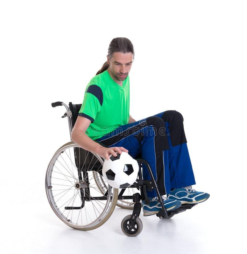 L'homme handicapé dans un fauteuil roulant fait le sport avec la boule image libre de droits