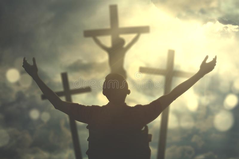 L'homme handicapé est adorer de Dieu images stock