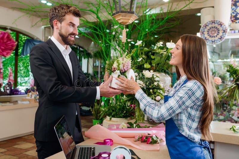 L'homme heureux a acheté des fleurs photos libres de droits
