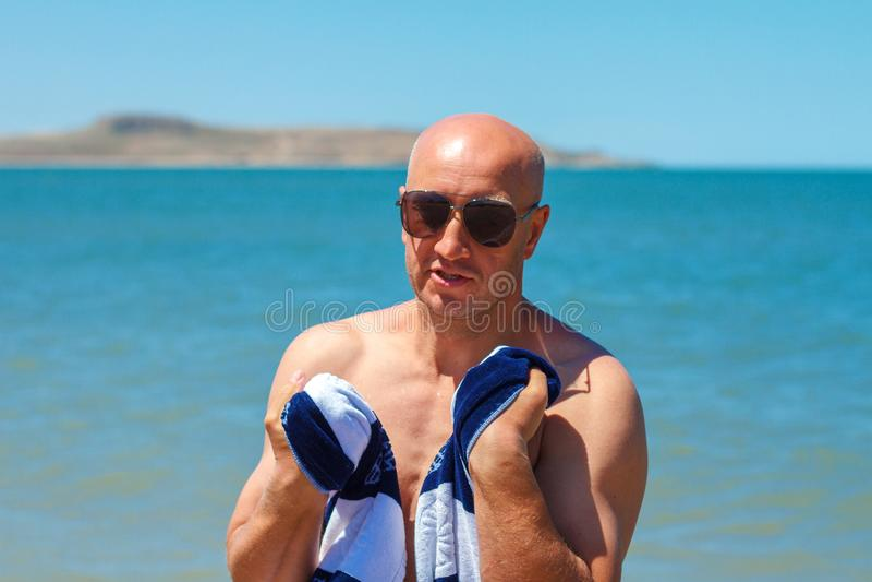 L'homme heureux sur la plage apprécie la liberté du concept du repos et des vacances photo libre de droits