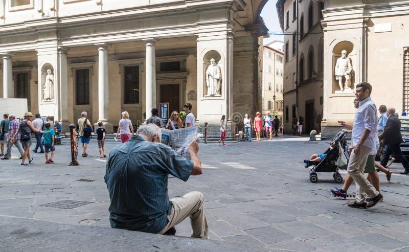 L'homme inconnu lit le journal sur Piazzale Degli Uffizi image libre de droits