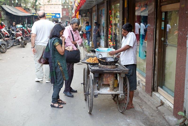 L'homme indien fait la nourriture de rue près du marché, Kolkata, Inde image libre de droits