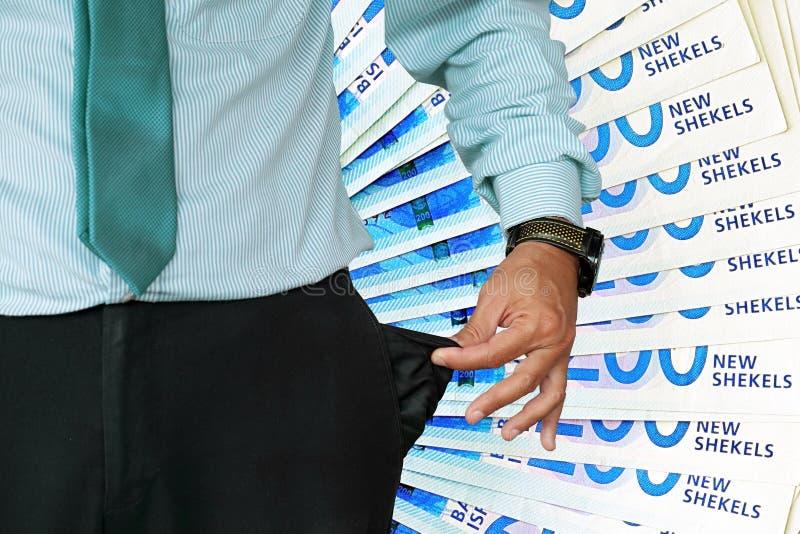 L'homme indique sa poche de pantalon Fan de 200 shekels israéliens à l'arrière-plan photo libre de droits