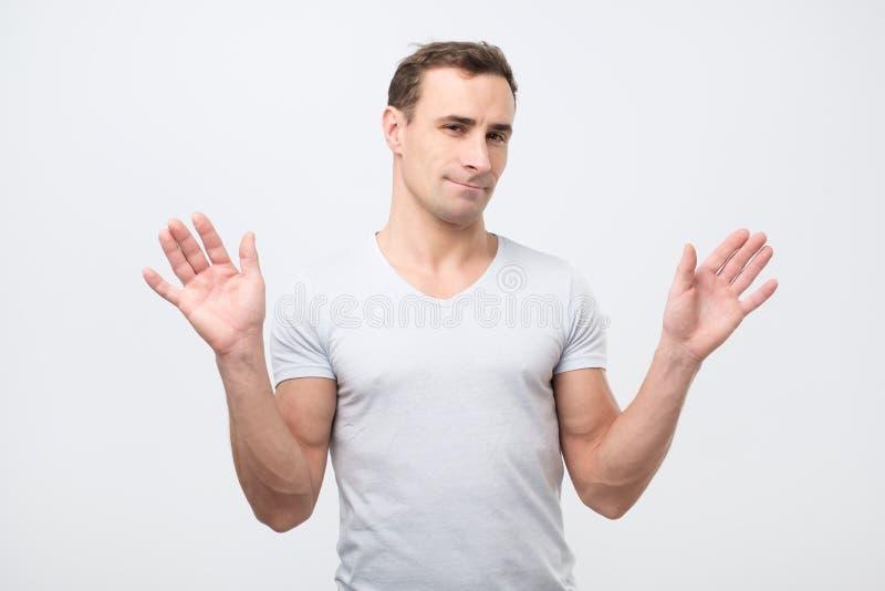 L'homme italien confus est incertain ayant quelques doutes se tenant dans le studio image stock