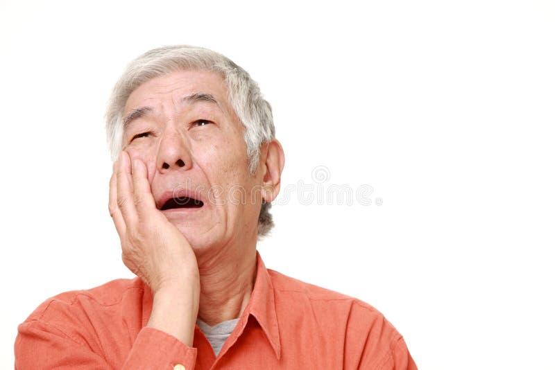 L'homme japonais supérieur souffre du mal de dents photos libres de droits