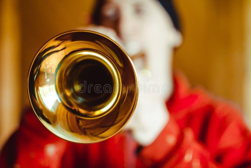 L'homme joue la trompette photographie stock
