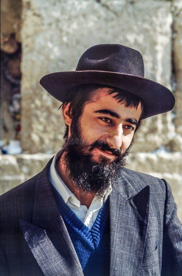 L'homme juif orthodoxe prie au mur occidental photo libre de droits