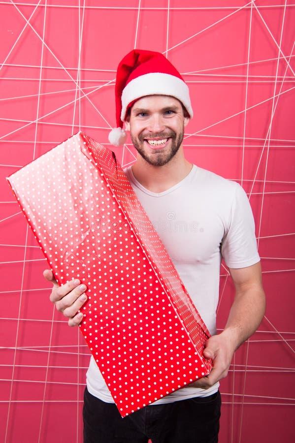 L'homme le père noël attirant portent la grande boîte Vous méritez le bon cadeau r Non rasé beau d'homme photos libres de droits