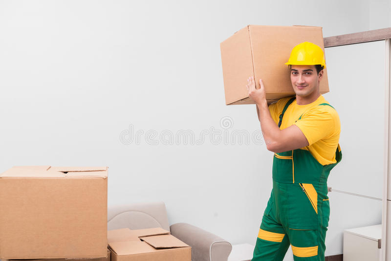 L'homme livrant des boîtes pendant le mouvement de maison images stock