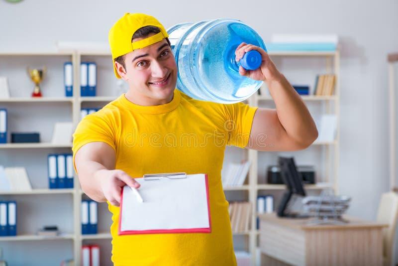 L'homme livrant la bouteille d'eau au bureau photos libres de droits