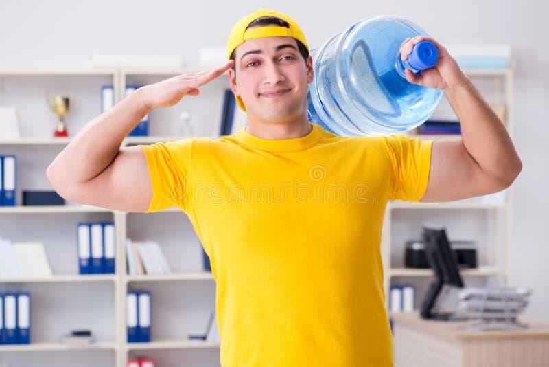 L'homme livrant la bouteille d'eau au bureau images libres de droits