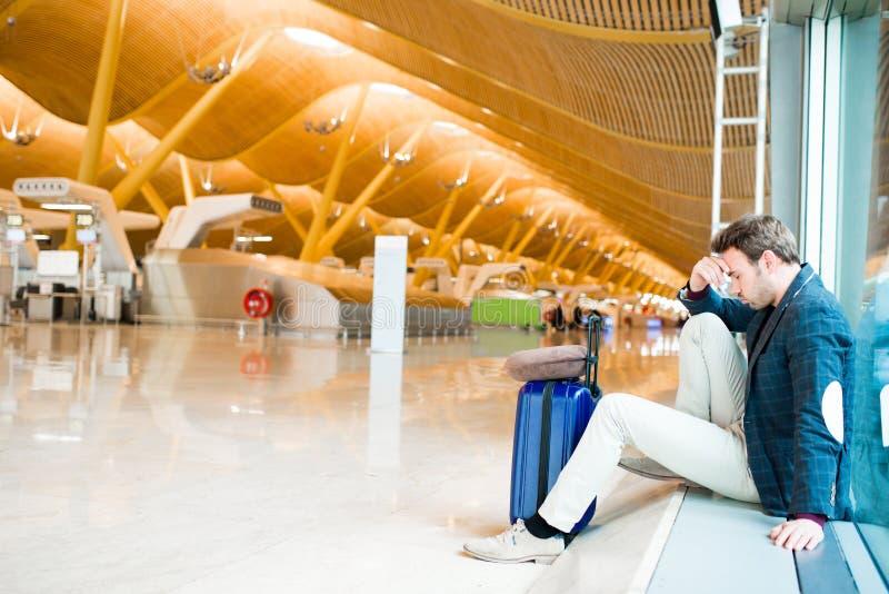L'homme malheureux et frustrant à l'aéroport son vol est cancelle images libres de droits