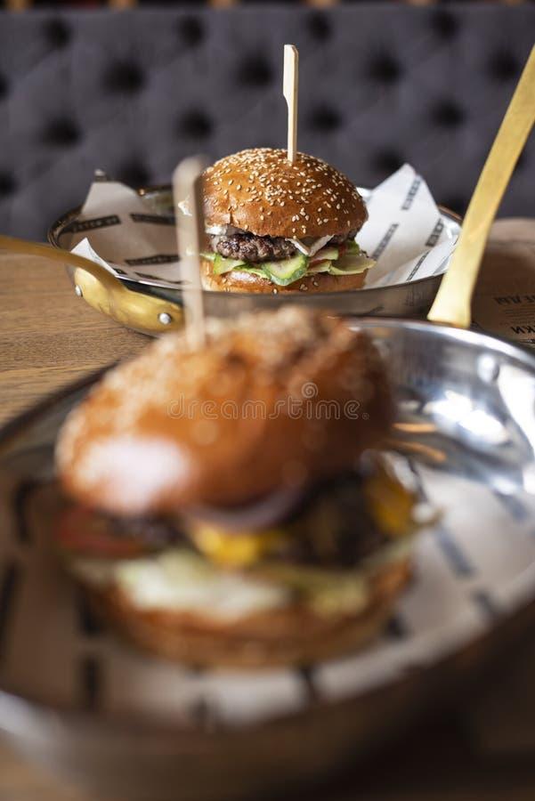 L'homme mange un hamburger images libres de droits
