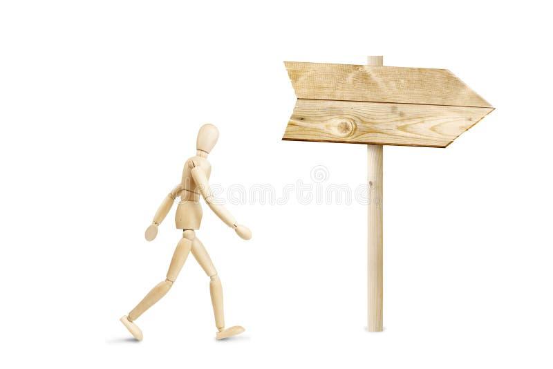 L'homme marche en direction du panneau routier photos stock