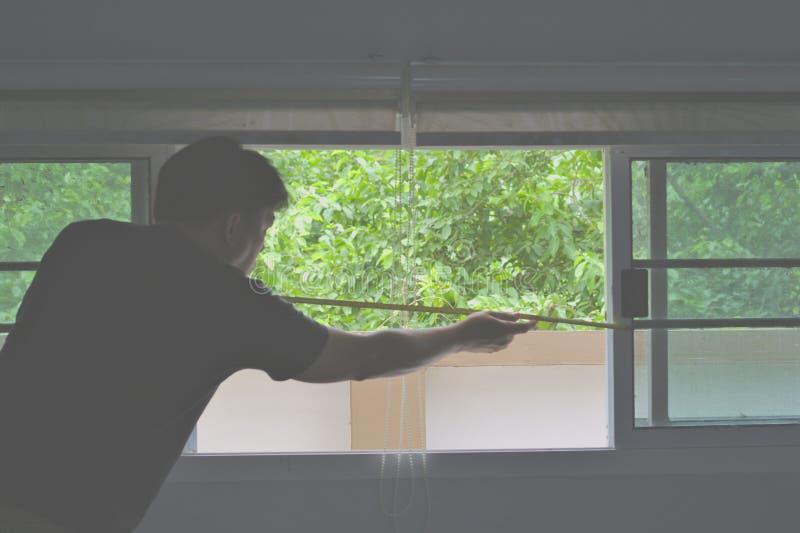 L'homme a mesuré la largeur du fond de vitrail photos stock