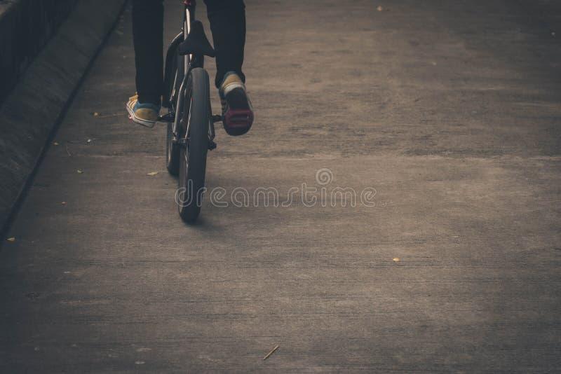 L'homme monte un vélo sur la route images stock