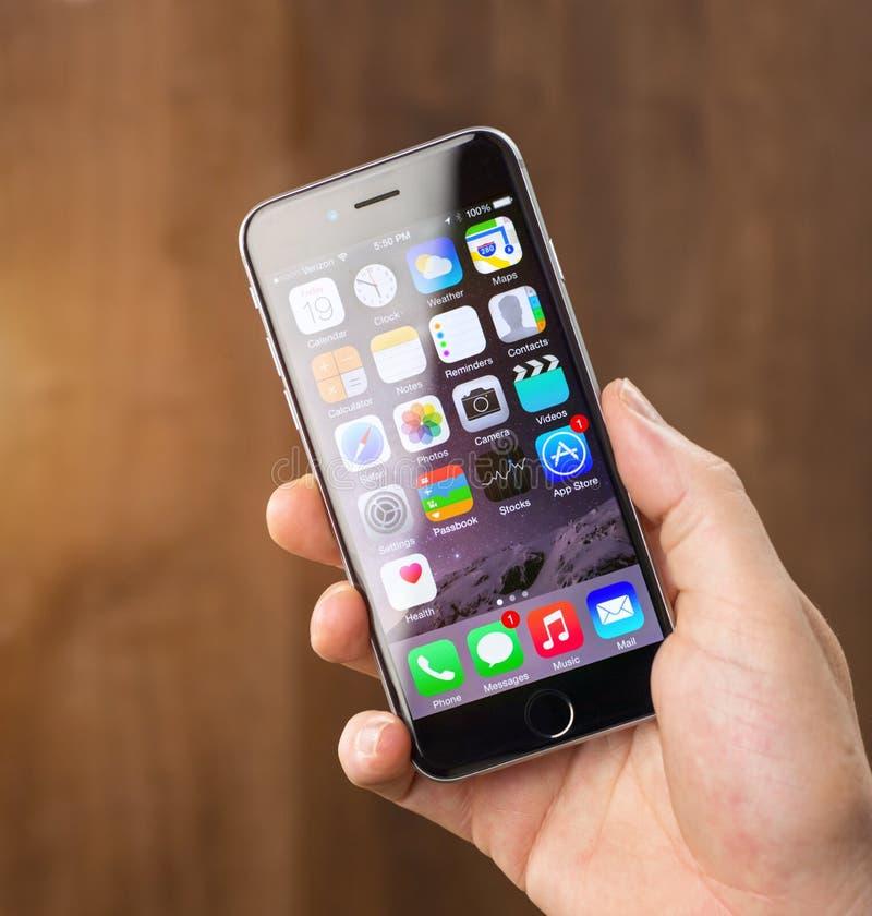 L'homme montre l'iphone 6 photos stock