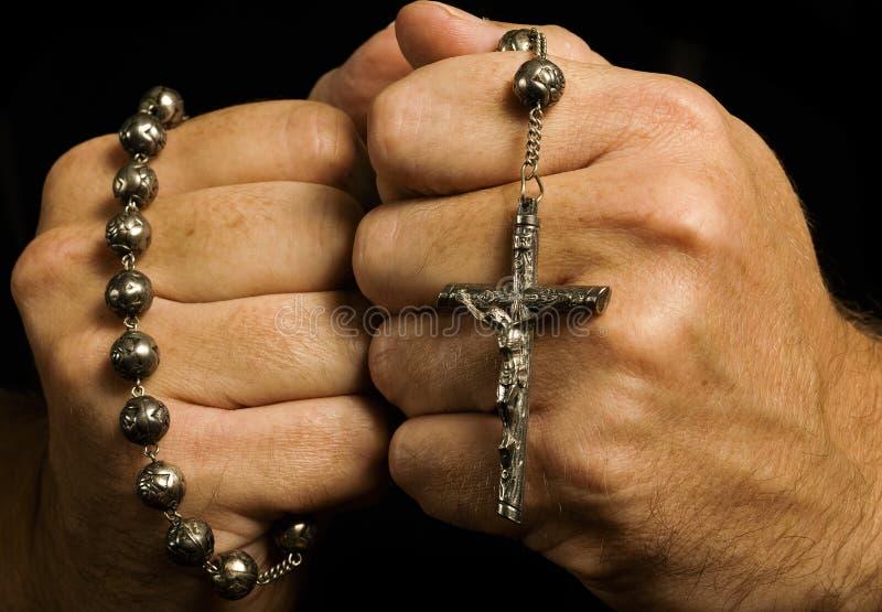 L'homme montre sa foi chrétienne profonde photographie stock