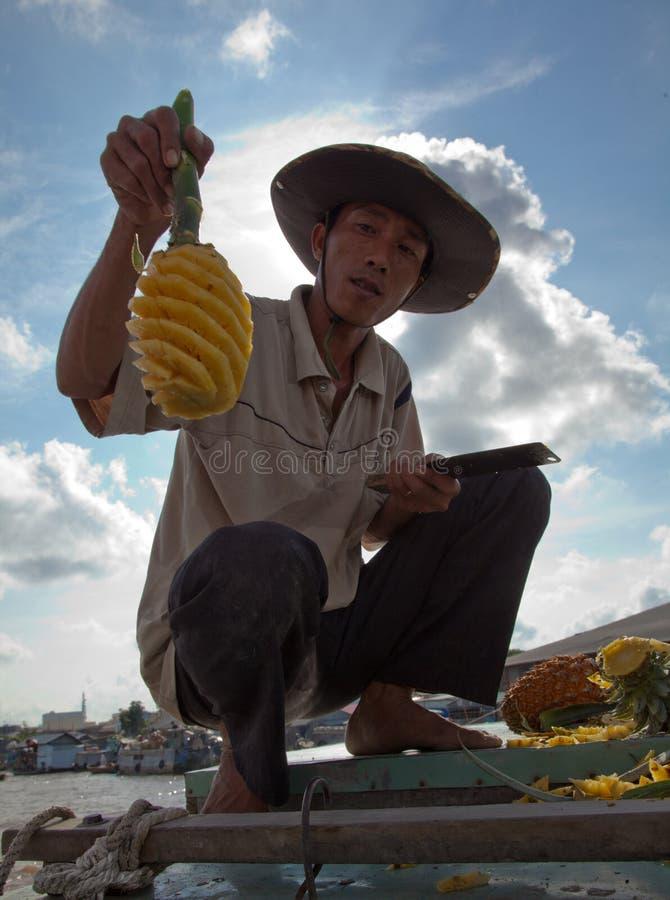 L'homme montre son ananas expert coupé en tranches images stock