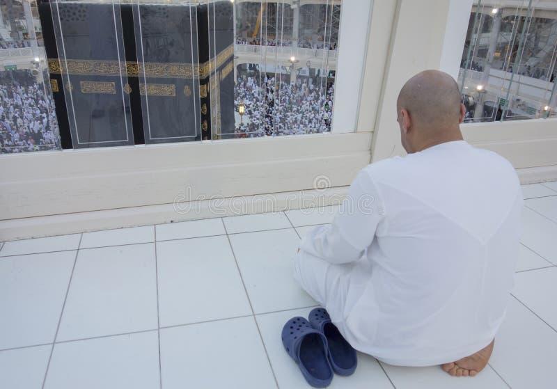L'homme musulman prie faire face au Kaabah dans Makkah, Arabie Saoudite photographie stock libre de droits
