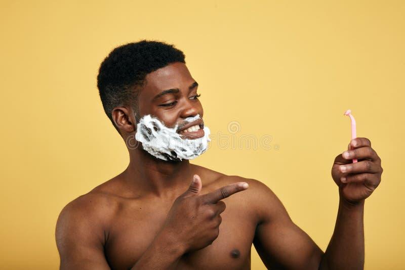L'homme nacked heureux a choisi les rasoirs desposable rasoir de cartouche pour les types sexy photo stock