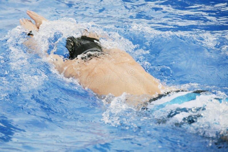 L'homme nage dans le regroupement photographie stock libre de droits