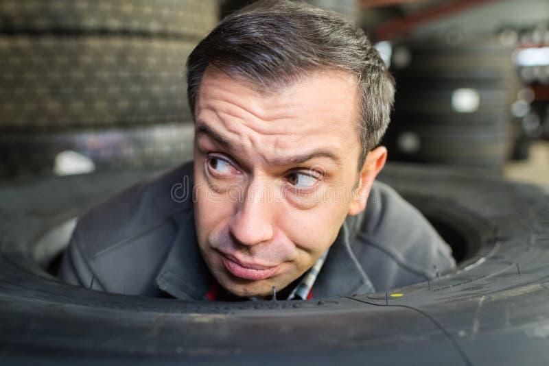 L'homme ne sait pas changer des roues de secours photo stock