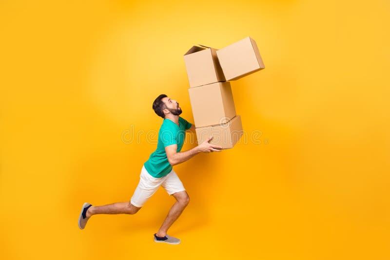 L'homme nerveux drôle porte sa substance dans des boîtes au récemment image stock