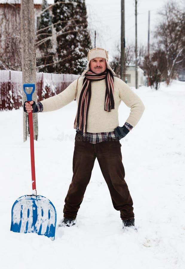L'homme nettoie la neige images stock