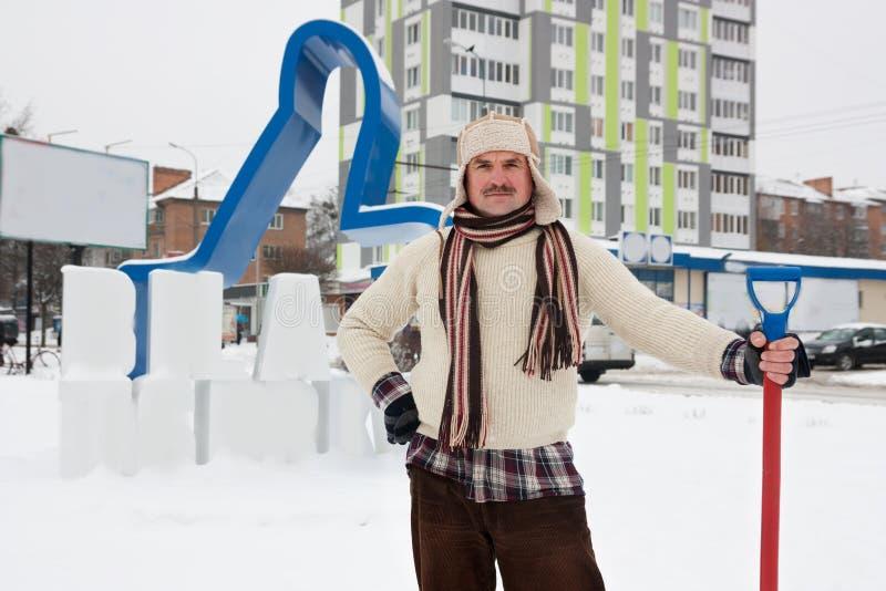 L'homme nettoie la neige photos libres de droits