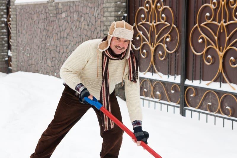 L'homme nettoie la route de la neige photos libres de droits
