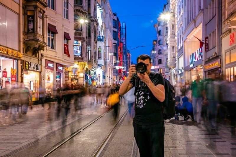 L'homme non identifié prend la photo à la rue d'Istiklal photographie stock