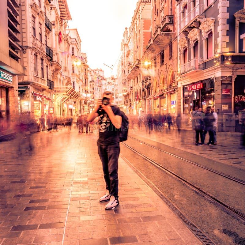 L'homme non identifié prend la photo à la rue d'Istiklal photo stock