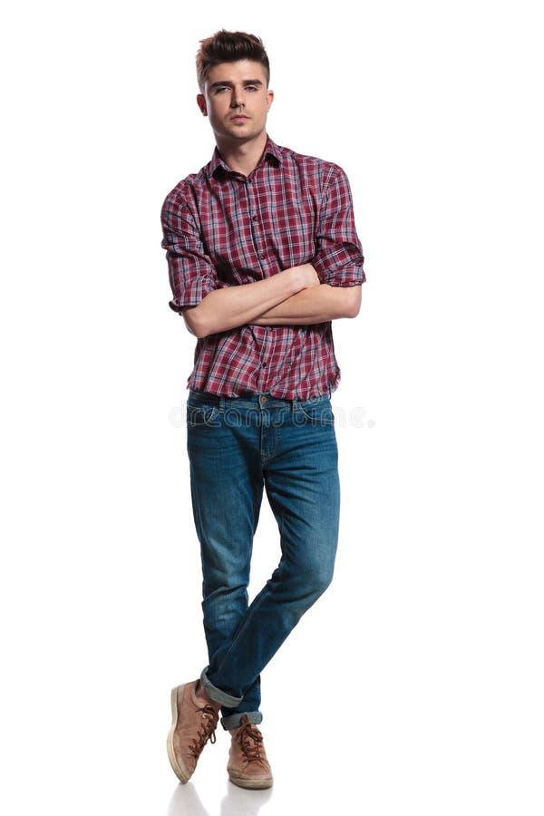 L'homme occasionnel sûr utilisant une chemise de plaid se tient en tailleur photo stock
