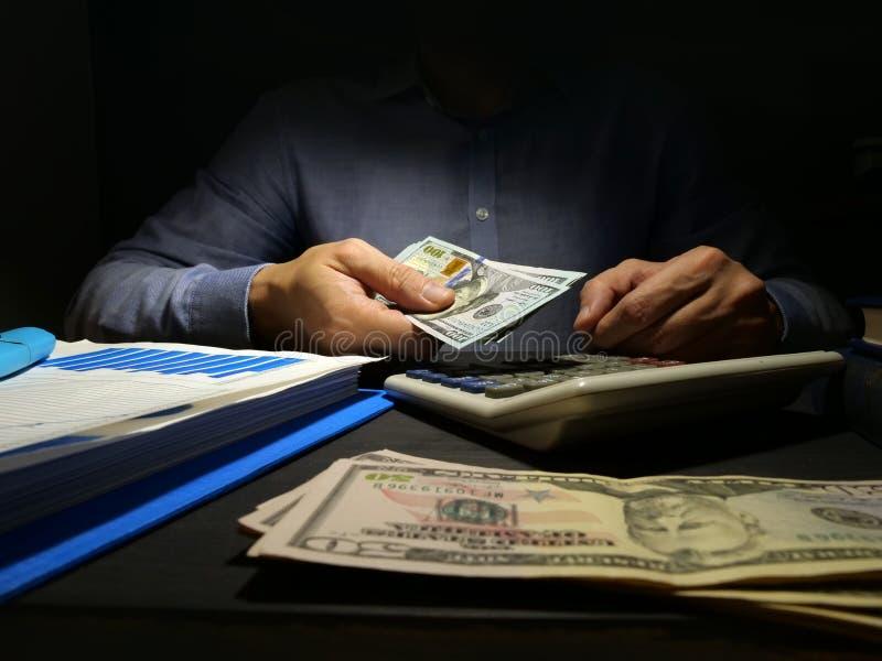 L'homme offre l'argent  photographie stock libre de droits