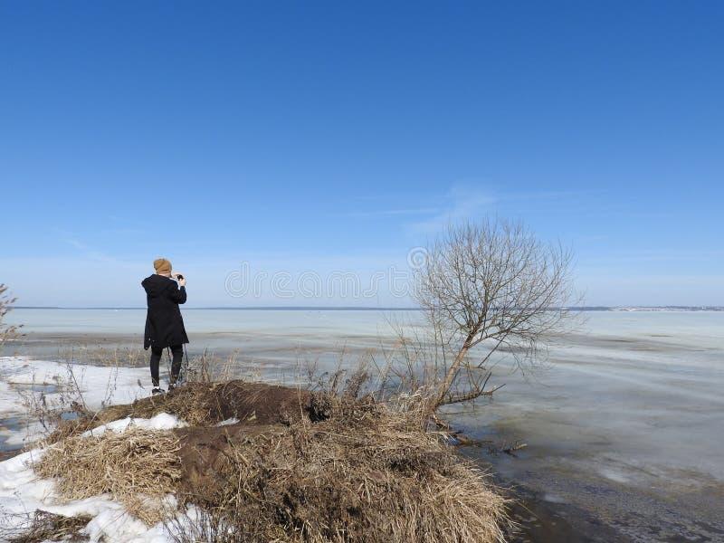 L'homme par derrière, photographié en hiver, le lac congelé Pleshcheyevo, oblast de Yaroslavl, Pereslavl Zalessky photographie stock libre de droits