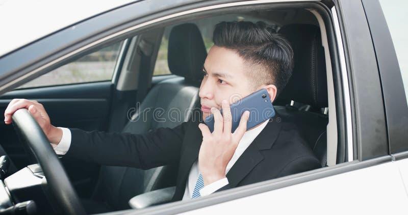 L'homme parlent le téléphone dans la voiture photographie stock libre de droits