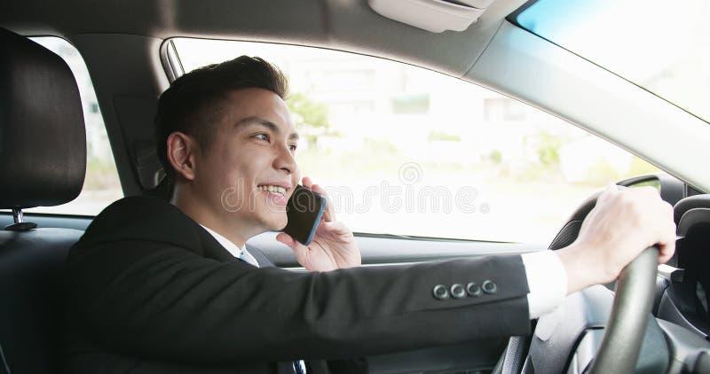 L'homme parlent le téléphone dans la voiture photos libres de droits