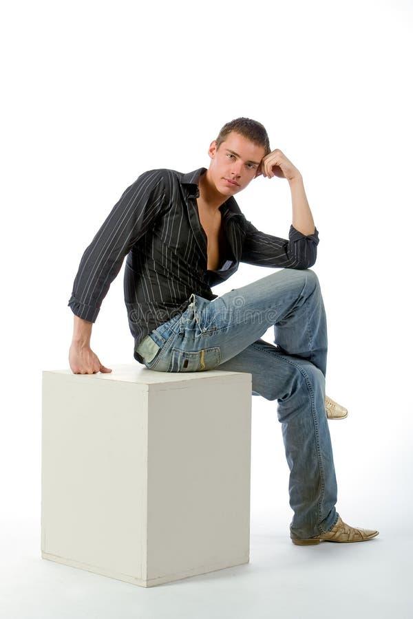 L'homme pensif sur un cube image libre de droits