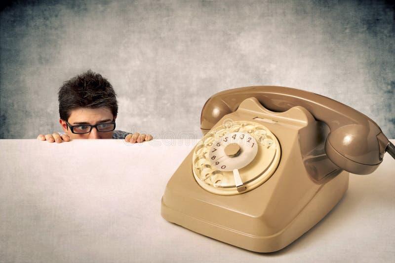 L'homme a peur du téléphone photo stock