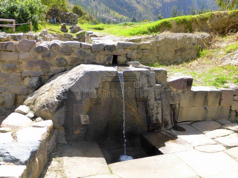 L'homme préhistorique a fait le puits d'eau photo stock