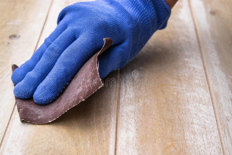 L'homme prépare la surface pour les mains de peinture et de meulage photos libres de droits